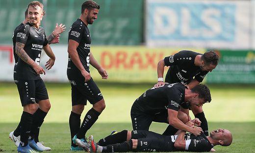 Jürgen Hiden (am Boden liegend) will zurück in die Regionalliga