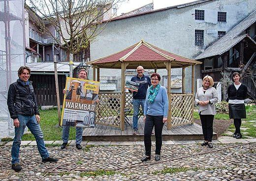 Bürgermeister Günther Albel und Kulturreferentin Vizebürgermeisterin Gerda Sandriesser mit Ausstellungsgestalter Wolfgang Daborer (MItte hinten), Erik Dobat von Edufilm (links) sowie Sandra Bertel (MItte vorn) und Mona Waldner vom Museumsteam.