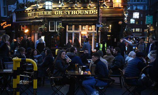 Am Montag soll der britische Lockdown weiter gelockert werden. Pubs, Restaurants, Theater, Kinos, Museen machen wieder auf