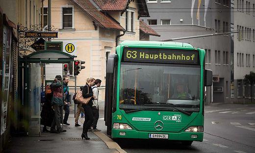 Bus und Fahrgäste