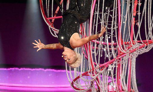 Akrobat schööön! Pop-Stark Pink im Wiener Happelstadion