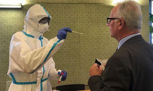 Landtagspräsident Rohr beim Coronatest im Grünen Saal
