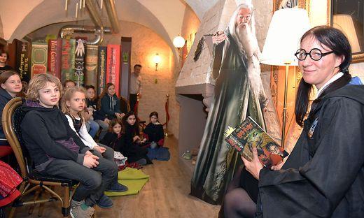 """Josephine-Frances Engl las in der """"großen Halle"""" des Phoenix-Lokales aus dem vierten Potter-Band"""