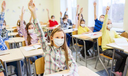 Schüler der Unterstufenklassen kehren in den Regelunterricht zurück, müssen aber Mund-Nasen-Schutz auch im Klassenraum tragen (Symbolfoto)