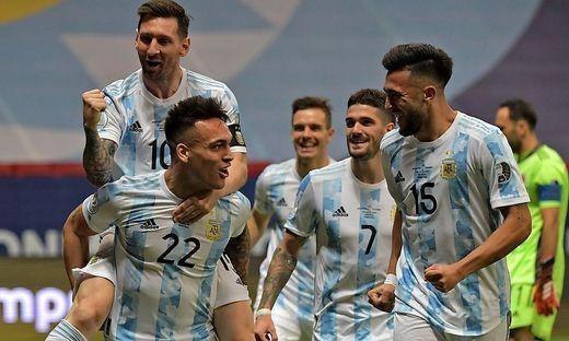 Lionel Messi (10) jubelte mit Torschütze Lautaro Martínez (22)