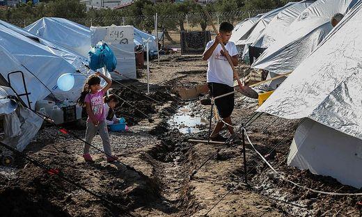 Bewohner des Camps von Kara Tepe nach den heftigen Regenfällen