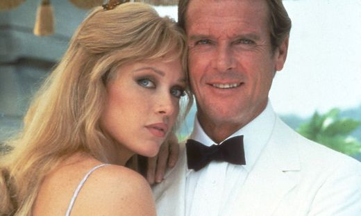 "Tanya Roberts mit Roger Moore in ""Im Angesicht des Todes"" 1985"