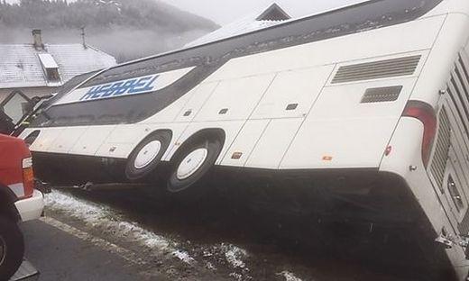 Der Bus blieb an einem Gebäude hängen