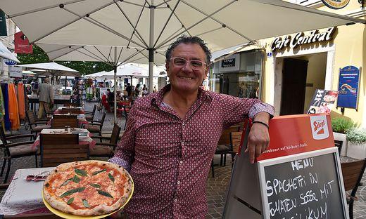 Giuseppe Manna mit frischer Pizza