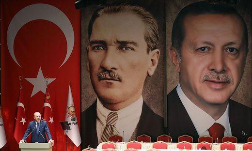 Erdogan bei einer Rede vor seiner AKP