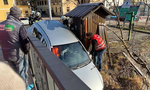 Feuerwehreinsatz in Möllbrücke: Das Fahrzeug kam zwischen Brückengeländer und Messstation zum Stillstand