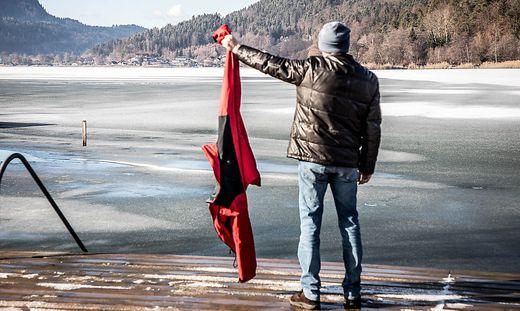 Mit seiner Jacke konnte der 61-jährige Anrainer den eingebrochenen Eisläufer aus dem See ziehen