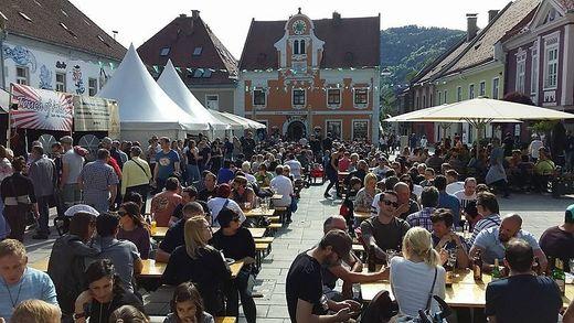 Der Hauptplatz war beim Street-Food-Festival mehr als voll