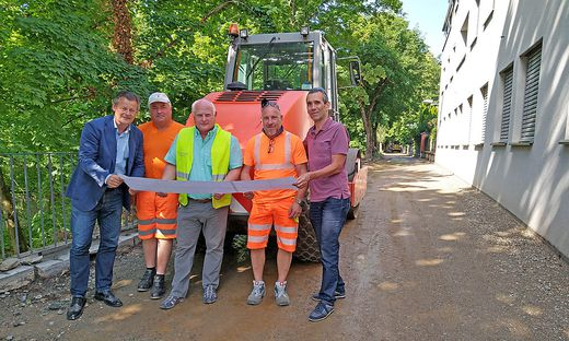 Stadtrat Christian Scheider mit DI Alexander Sadila (Leiter Abt. Straßenbau & Verkehr), Bauleiter Ing. Michael Pirker und Mitarbeiter.