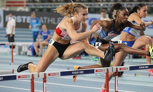 Karin Strametz (links) qualifizierte sich über 60 Meter Hürden für das Semifinale