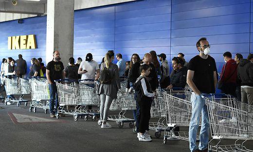 Maske und Abstand sind  Pflicht im Handel, die Geschäfte dürfen offen halten und so viele Kunden einlassen, dass für jeden 10 Quadratmeter Platz zur Verfügung stehen