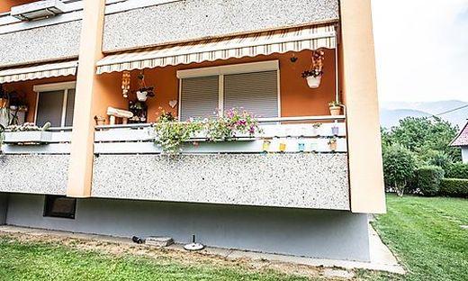 Eine Nachbarin beobachtete, wie zehn Tage vor dem Mord ein Unbekannter die Wohnung der 31-Jährigen über diesen Balkon verließ