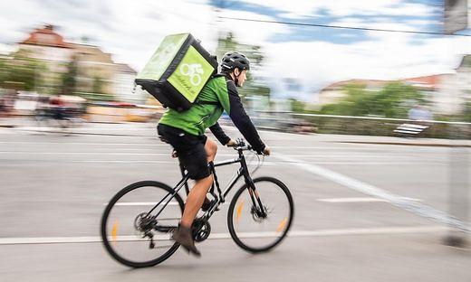 Zusteller von Velofood am Fahrrad