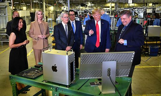 Tim Cook und Donald Trump in der Apple-Fertigung