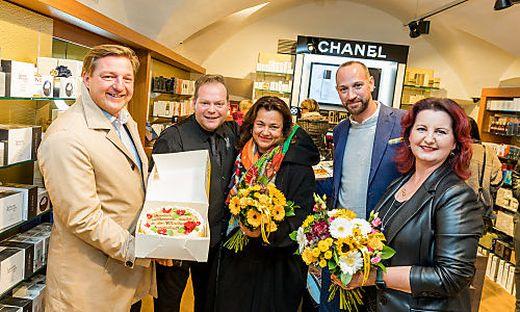 Von links nach rechts: Bürgermeister Günther Albel (SPÖ), Filialleiter Mario Holl, Geschäftsführer von ´Nägele & Strubell´ Marion Faber-Oelschlägel und Georg Oelschlägel und Filialmitarbeiterin Marion Assek
