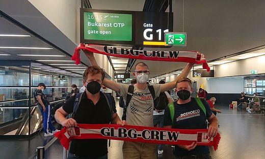 Drei Anhänger der GLBG Crew vor dem Abflug nach Bukarest