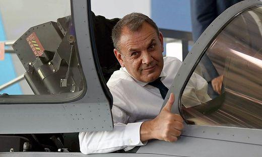El ministro de Defensa griego Panagiotopoulos en un avión de combate Rafale