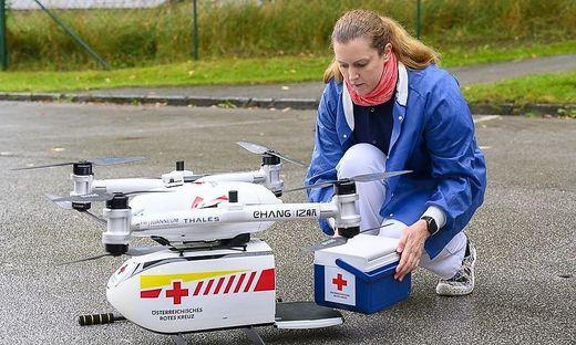 Eine Mitarbeiterin des Landesklinikums Lilienfeld entnimmt die Blutkonserve aus der Drohne