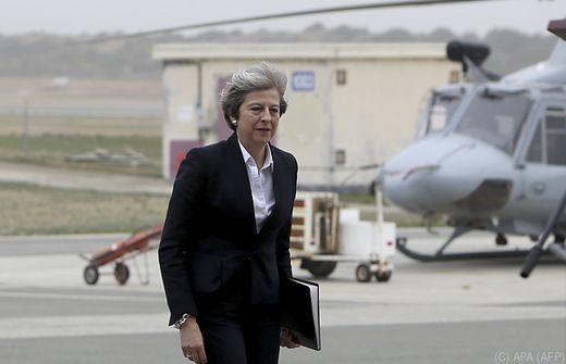 Blatt - May will Kabinett umbauen - Schlüsselressorts unverändert
