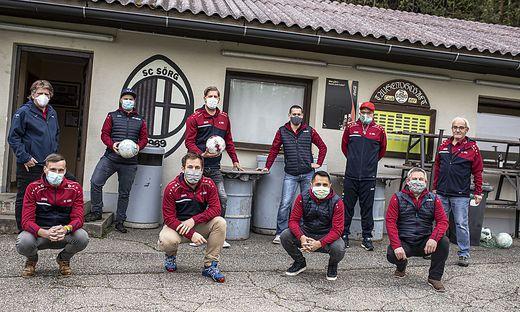 Mit Masken und Abstand konnte sich eine kleine Abordnung des SC Sörg am Sportplatz treffen