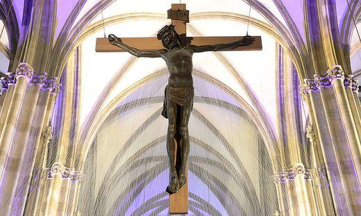 Themenbild zum Karfreitag: Jesus Christus am Kreuz in einer Kirche unter gotischen Kreuzrippengewölben