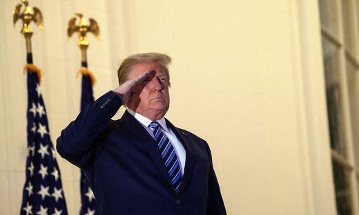Donald Trump salutiert auf dem Balkon des Weißen Hauses - ohne Maske