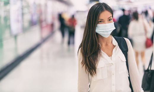 Frau mit Mund-Nasen-Schutz