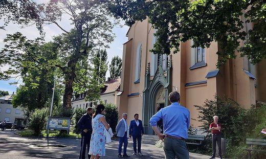 Menschen vor Kirche