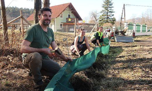 Oliver Gebhardt mit Helferinnen beim Zaunaufbau