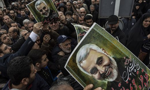 In der iranischen Stadt Raschd protestieren Demonstranten gegen die Tötung von General Quassem Soleimani