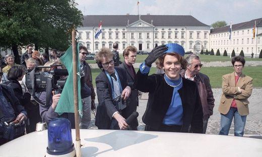 Hape Kerkeling winkt am 25 04 1991 als K�nigin Beatrix der Niederlande vor dem Schloss Bellevue in B