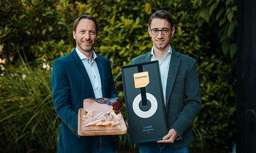 Geschäftsführer Rudolf Frierss (r.) mit der Auszeichnung ´Produkt Champion Silber´ für den eigens produzierten Zirbenrauchschinken
