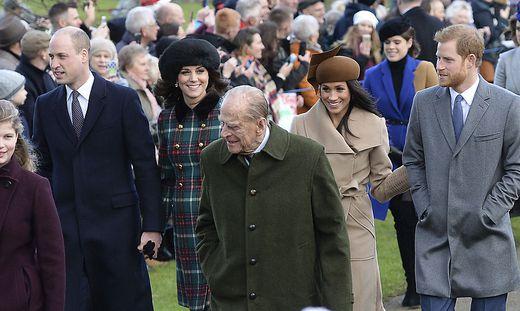 Harry, Meghan Markle und Prinz Philip am Christtag 2017. Das Paar war seit März letzten Jahres nicht mehr in Großbritannien