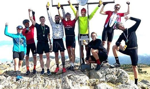 Die erfolgreichen Mountainbiker jubeln beim Gipfelkreuz auf der Hohen Rannach
