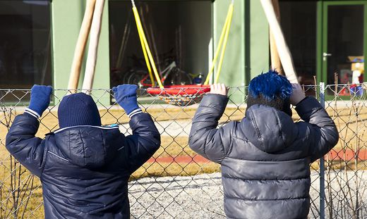 Kinder am Zaun