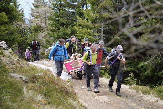 Die Gruppe mit der Glocke auf dem Weg zur Hochalm