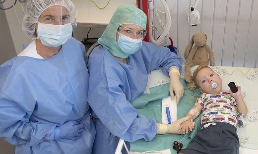 Die beiden Ärztinnen mit dem kleinen Patienten