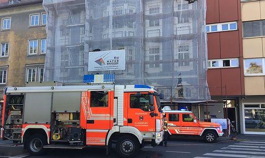 Die Feuerwehrleute drangen mit schwerem Atemschutz in das Gebäude vor