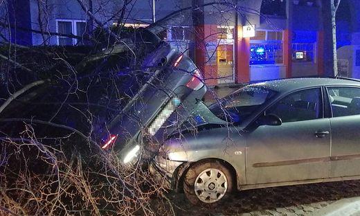 Der total demolierte BMW des Unfalllenkers und darunter das beschädigte geparkte Auto