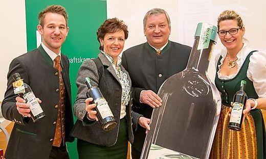 Freuen sich über neue Flasche: Die Kernöl-Produzenten Romana Vehovec-Huhs und David Kern (beide außen), sowie LK-Vizepräsidentin Maria Pein und Kernöl-Obmann Franz Labugger