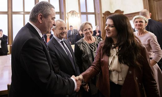 Staatssekretärin Muna Duzdar und GÖD-Vorsitzender Norbert Schnedl bei den Verhandlungen im Vorjahr