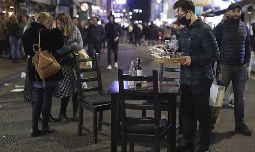Nach den neuen Regelungen, die die Regierung erwäge, sollen etwa Pubs, Bars und Restaurant zunächst für zwei Wochen komplett schließen.