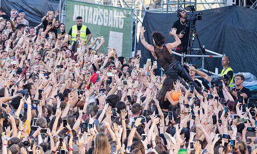 Damiano David wirft sich in die Menge am Nova Rock Encore-Konzert