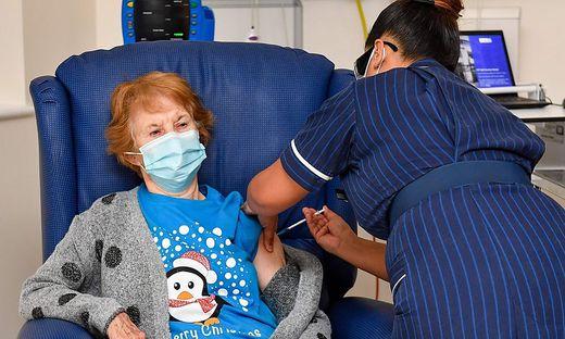 Maggie Keenan ist die erste Britin, die geimpft wurde