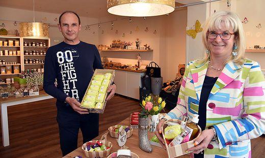 Monika Winkler und ihr Mann Harald Egger in der der Kräutermanufaktur Modali.